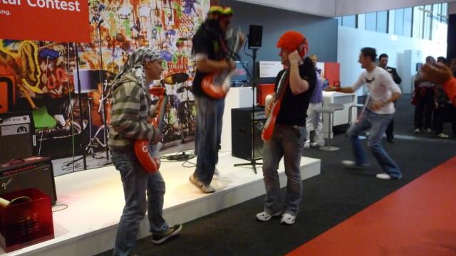 Luftgitar-konkurranse i regi av Vdaphone. Med mulighet til å låne rock'n'rol-parykk.
