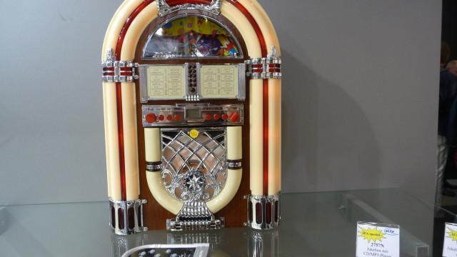 Denne radioen er for de som har en hemmelig drøm å ha en jukeboks fra 160-tallet i stua.