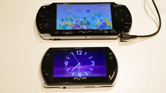 Når du lukker PSP Go mens den er på, kommer denne klokke-skjermspareren opp.