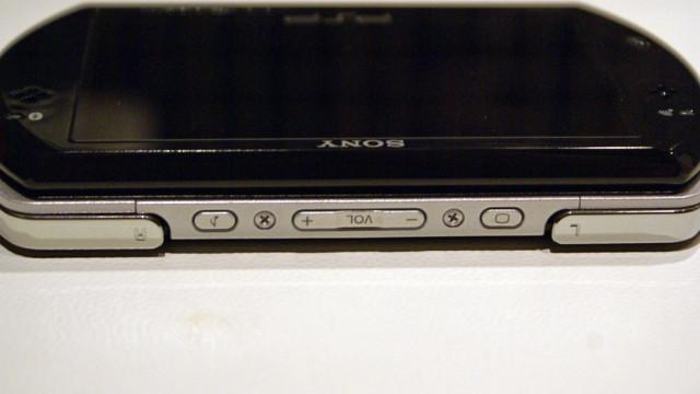 Fronten: To skulderknapper, volum, lyd og lysstyrke.