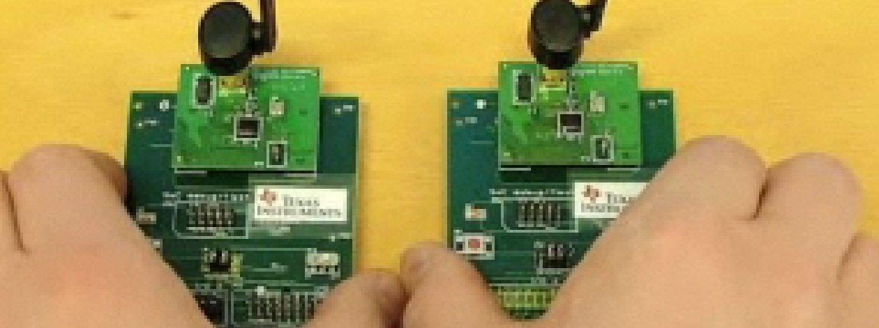 Slik ser de nye lavenergi Bluetooth-brikkene ut i prøveversjon (med sender/mottaker). De ventes å komme i mobiltelefoner og annet utstyr i løpet av neste år.