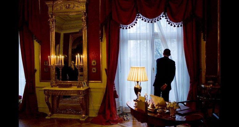 Dette bildet tok fotograf Pete Souza da Barack Obama tok seg en kikk ut fra vinduet på Slottet.