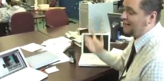 En lærer på en annen skole forklarer hvordan overvåknings-programvaren fungerer.