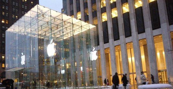 Amerikanere kan forhåndsbestille iPad om en og en halv time i denne butikken på 5th avenue i New York.