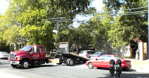 Flere biler måtte taues inn etter at en tidigere ansatt i en bilforretning i Austin, Texas stoppet dem ved hjelp av fjern-alarmen.