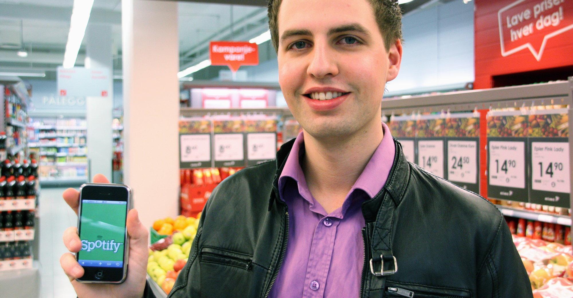 André Sunnevåg Olsen fra ICA Norge AS er stolt over å kunne selge Spotify på over 600 Rimi og Ica-butikker i Norge.