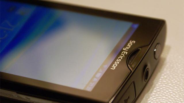 Oversiden med USB, hodetelefoner-utgang og av/på-knapp.