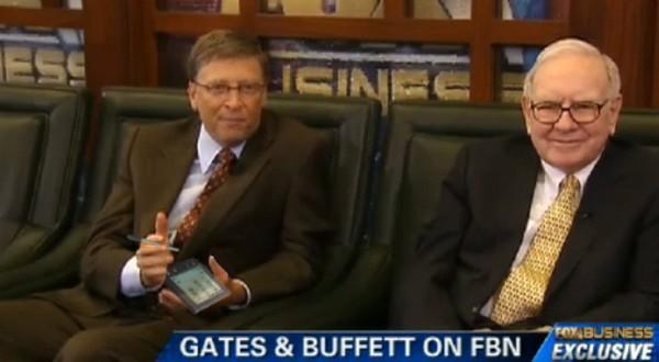 Bill Gates viste fram sin gamle Palm Pilot, med penn.