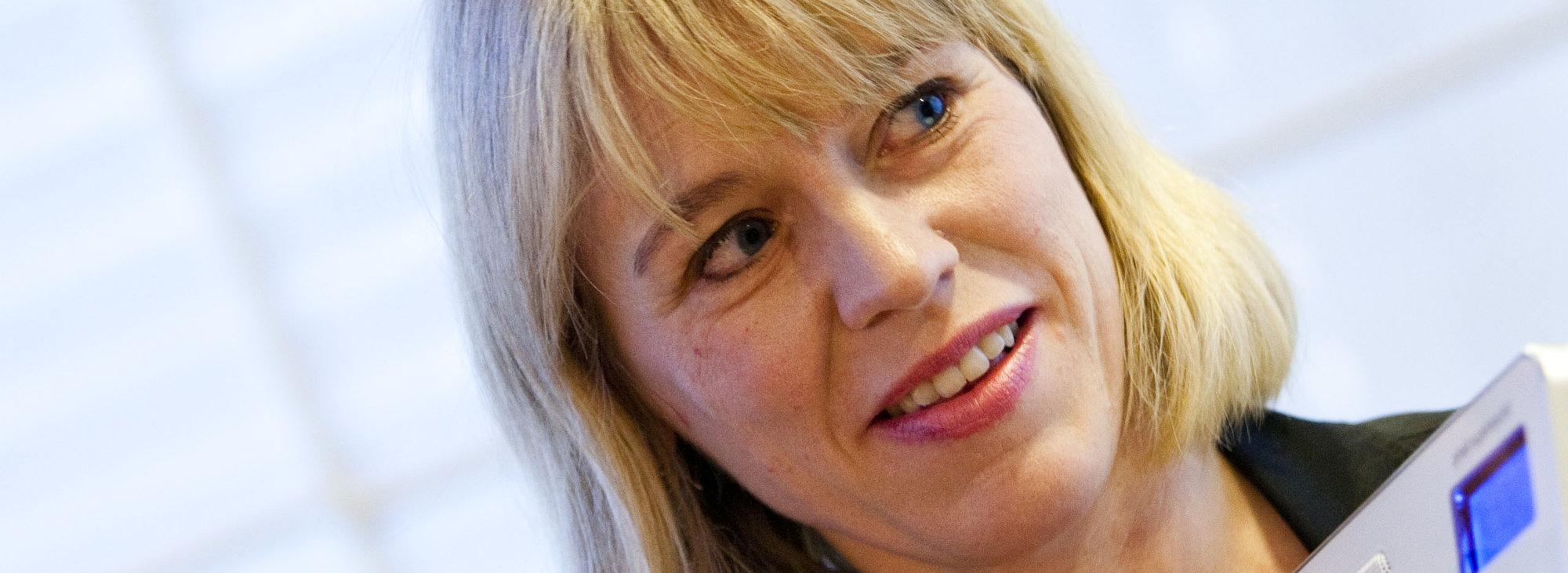 Kulturminister Anniken Huitfeldt viser frem en DAB-radio på en pressekonferanse i fjor. Politikerne har bestemt at FM-nettet skal slukkes i 2017 - og nå starter utbyggingen av nettet for fullt.