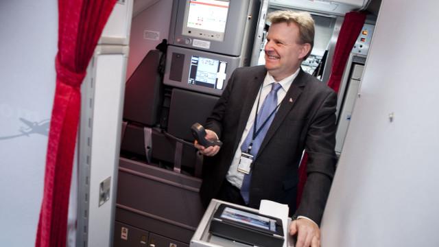 Norwegians IT-sjef Hans Petter Aanby trykker på knappen.