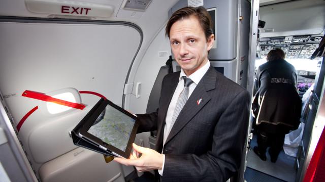 Frode E. Foss i Norwegian følger med på ruten på en iPad-applikasjon.