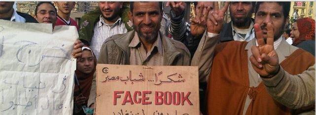 Poster brukt under demonstrasjon i Egypt for å hedre Facebook.