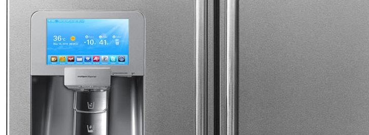 Displayet viser været ute, og temperaturen inne i kjøleskapet. Samt de siste oppdateringene fra Twitter.