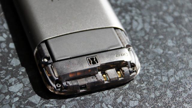 Undersiden åpnes for tilgang til batteri og kort.