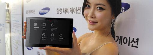 En ikke navngitt koreansk skjønnhet viser fram Samsungs nye alt i ett-GPS SENS-240.