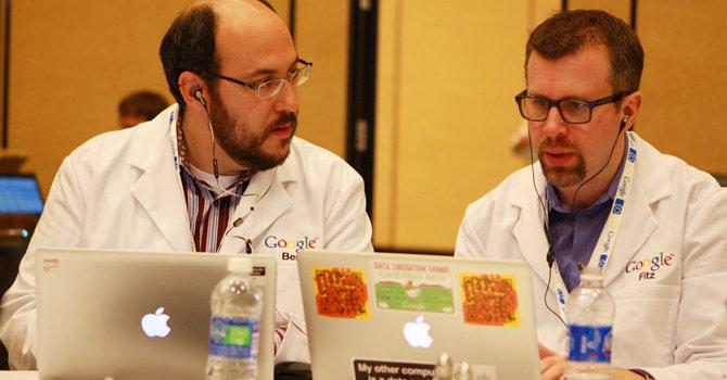 Disse to deltakerne (legg merke til de hvite laboratoriefrakkene) på Google-konferansen IO bruker begge Mac. Det samme gjørt stort sett alle de andre deltakerne.