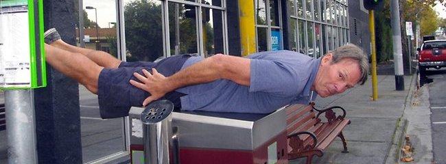 Programleder Sam Newman i det australske TV-showet Footy prøver ut planking.I dette tilfellet ser det mer ut som normal kroppsøving enn livstruende ekstremstport...