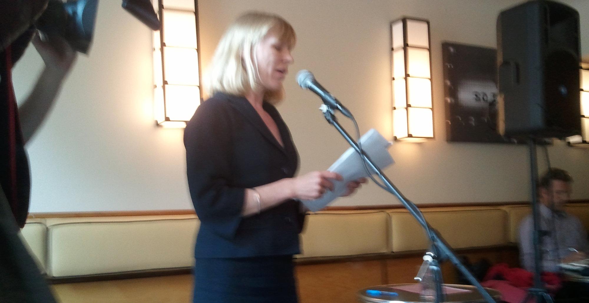 Kulturminister Anniken Huitfeldt forklarte i svært korte ordelag hva høringsnotatet anbefaler. I et intervju med ITavisen.no innrømte hun at fildelingen faktisk har økt etter innføringen av EU-loven IPRED i Sverige.
