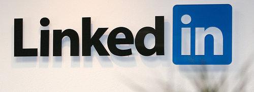 LinkedIn skal være et slags Facebook for yrkeslivet. I virkeligheten er det Facebook som stikker av med den rollen også.