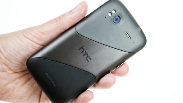 På utsiden er ikke telefonen verdens lekreste, men den er veldig solid bygd.