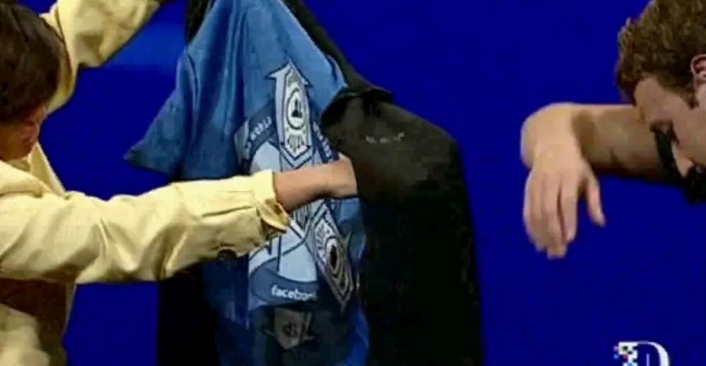 Zuckerberg svettet seg gjennom tøffe spørsmål under D9-konferansen og avslørte selskapets insignia, brodert på innsiden av jakken.