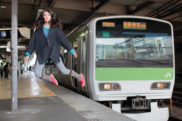 Natsumi Hayashi i fritt svev på t-banestasjonen.