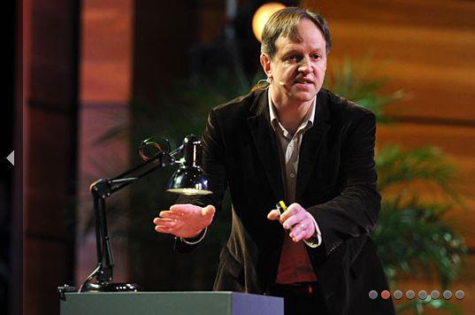 Professor Harald Haas er spesialist på lysbasert teknologi. Han mener at vi i framtida kan få nett via alle Jordas lyspærer.