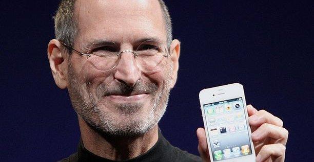 Steve Jobs ble sparket i 1984, men kom tilbake i 1996 og ledet en snu-operasjon man først så fruktene av med iPod i 2001, et operasjon som er helt unik i amerikansk forretningshistorie.