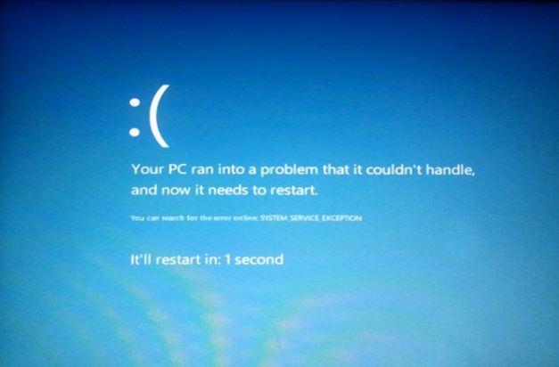 Beklager, men maskinen må starte på ny. Aldri hyggelig å få den meldingen, men selv den er pen å se på i Windows 8.