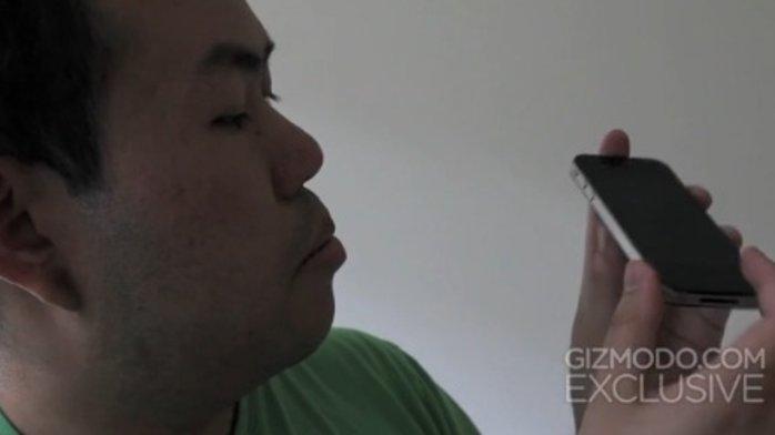 Gizmodo-redaktør Jason Chen poserer med iPhone 4-prototypen. Nå er mennene som solgte ham telefonen dømt.