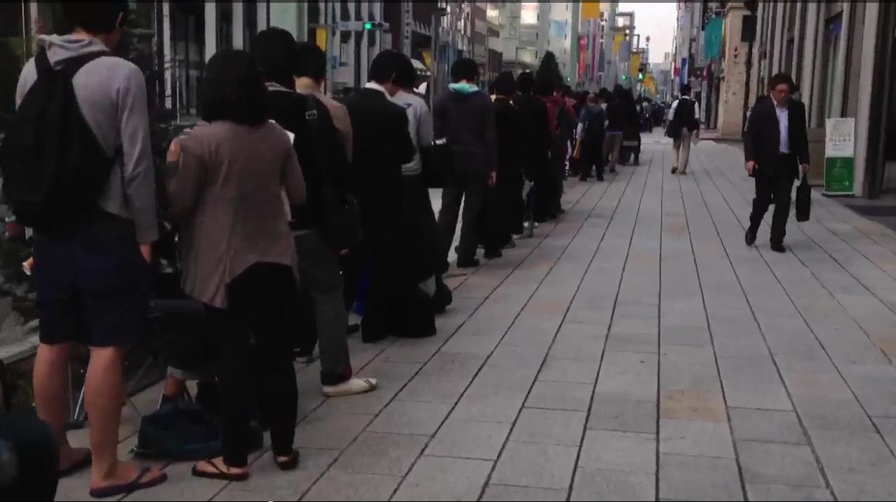 Hundrevis av japanere sto i en åtte kvartler lang kø utenfor Apple-butikken i Tokyo i dag morges.