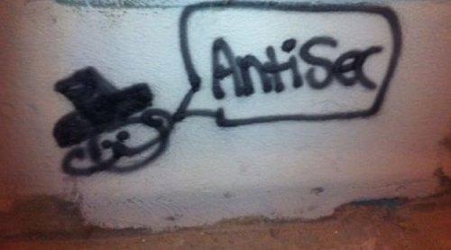 De begynte i det små, med skriblerier på veggene. I jula slo AntiSec til for alvor.