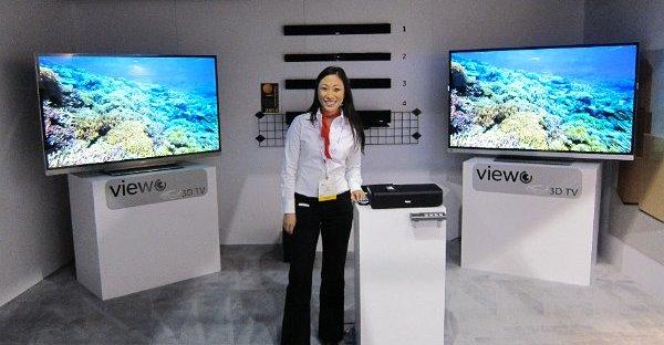 En representant fra Haier demonstrerer TV som er 100% trådløs.