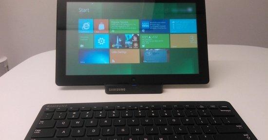 En tidlig Windows 8-testversjon på prototype-maskinvare tilkoblet et Bluetooth-tastatur.