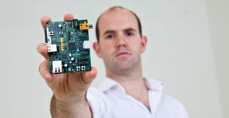 Eben Upton er en av de som står bak Raspberry Pi. Her viser han fram en prøveversjon.