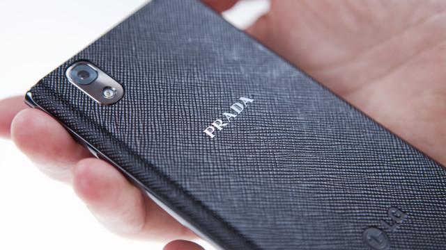 Prada-mønsteret gir telefonen er spesielt inntrykk, det er bare synd at dekselet er av plast.