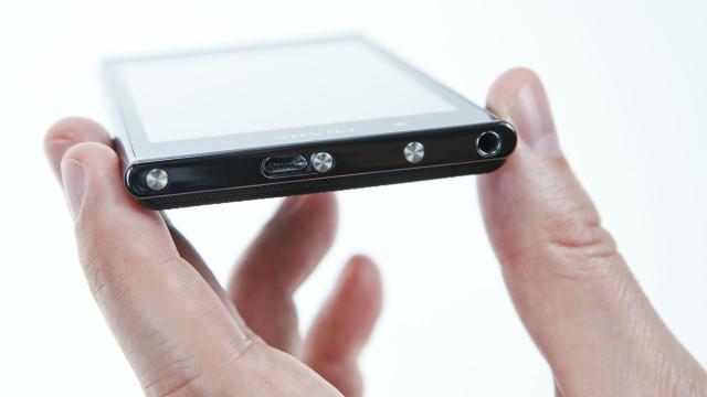 USB-pluggen sitter under solid beskyttelse.
