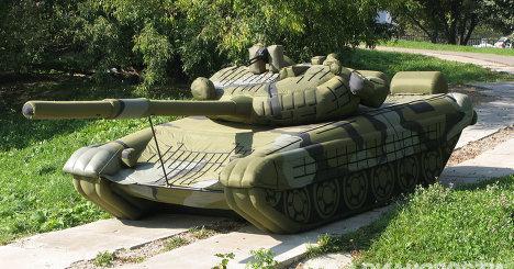Dette er samme type oppblåsbare tanks som den som nå står på plenen utenfor Dotcom Mansion.