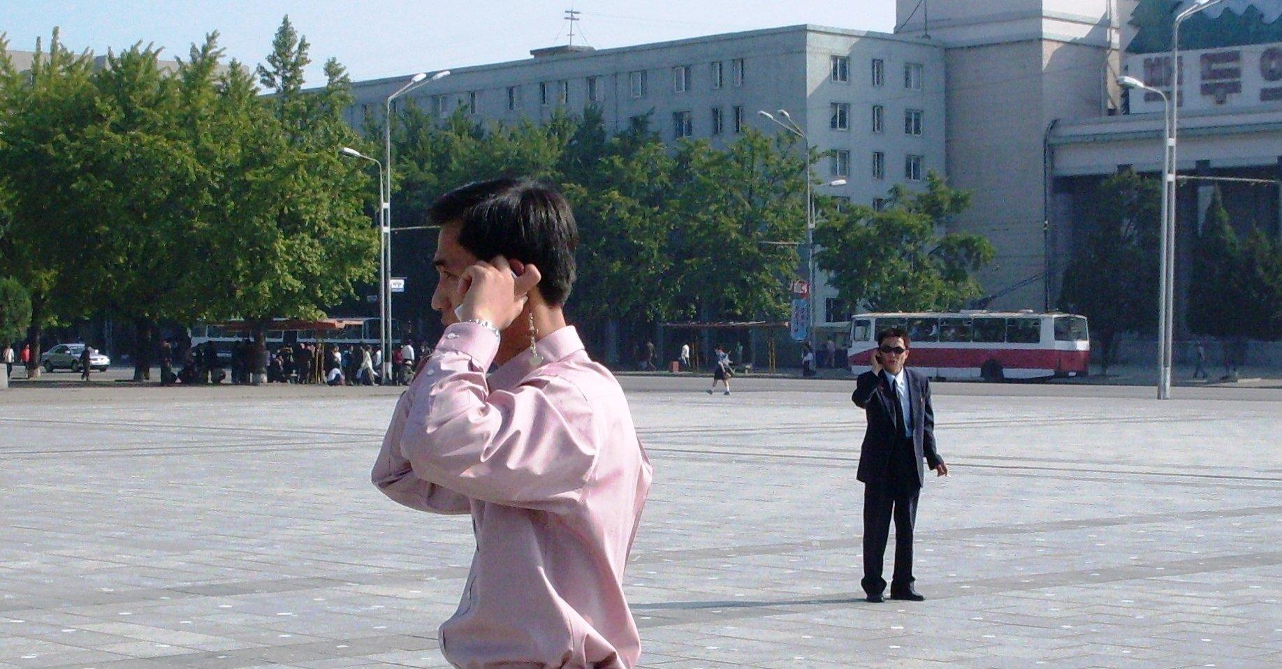 Denne mannen er fotografert av bloggeren Leonid Petrov før landesorgen. Hadde det vært i dag, ville han ha ligget ytterst tynt an. Merk den «hemmelige» agenten i bakgrunnen...