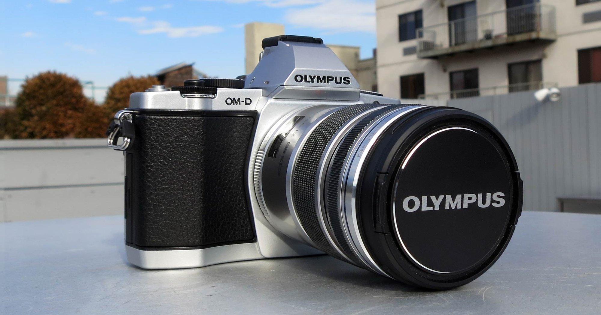 Olympus OM-D E-M5 ser ut som et godt, gammeldags speilreflekskamera. Men det er faktisk mye mindre, og slett ingen speilrefleks...