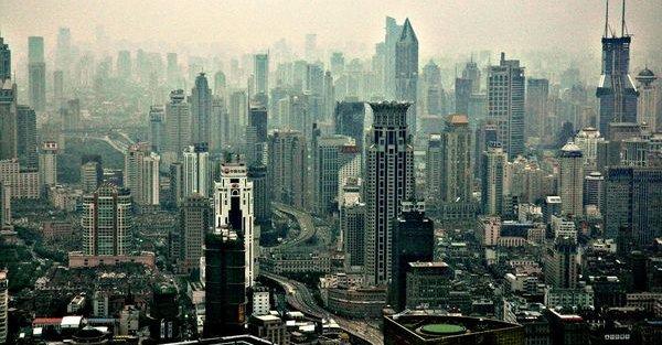 Du får fortsatt kjøpt iPad i Shanghai - her utsikten mot skyskraper-bydelen Pudong.