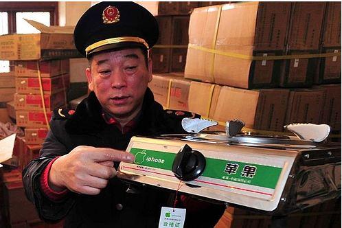 En politimann i Wuhan viser fram dagens fangst: En gassovn kalt «iPhone»...