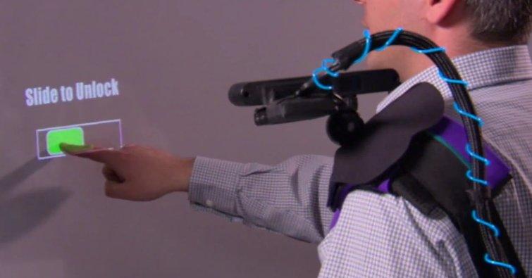 Microsoft Research viser hvordan en projektor og en Kinect-lignende sensor montert på skuldrene fungerer.
