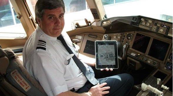 Denne piloten viser stolt fram sin iPad, som han bruker under både letting og landing. Hvorfor kan ikke vi passasjerer bruke den også?