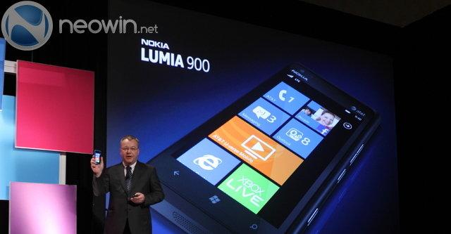 Nokia-sjef Stephen Elop med toppmodellen i Lumia-serien.