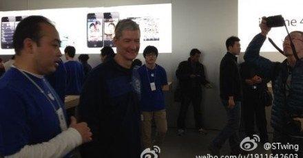 Tim Cook fotografert under besøket i Apple Store i Joy City i Beijing natt til i dag norsk tid.
