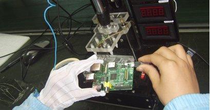 Her testes maskinen i Kina for å undersøke at alt fungerer. Dette har ingenting med CE-godkjenningen - den gjøres i Storbritannia.