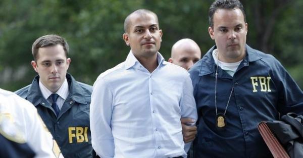 Her føres Ivan Antonov vekk av FBI-agenter etter at han har landet i New York.