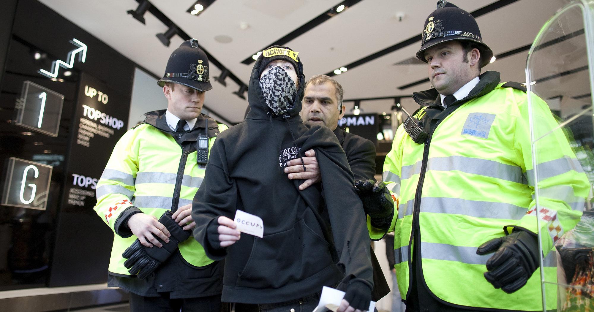 Nå blir det lettere for britisk politi å sjekke innholdet på telefonen til mistenkte personer. (Bildet er tatt under en demonstrasjon tidligere i år, og er bare ment som illustrasjon)
