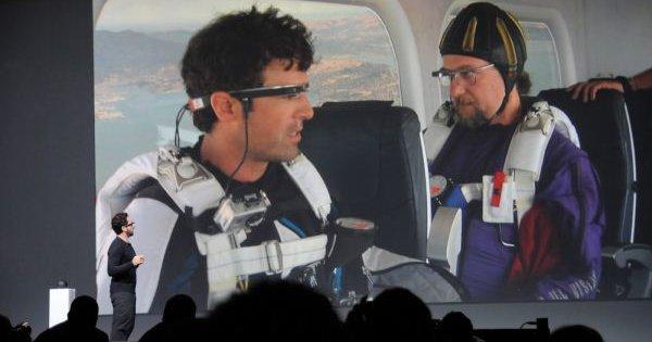 De to skydiverne demonstrerer hvordan Google-brillene oppfører seg i fritt svev over San Francisco.